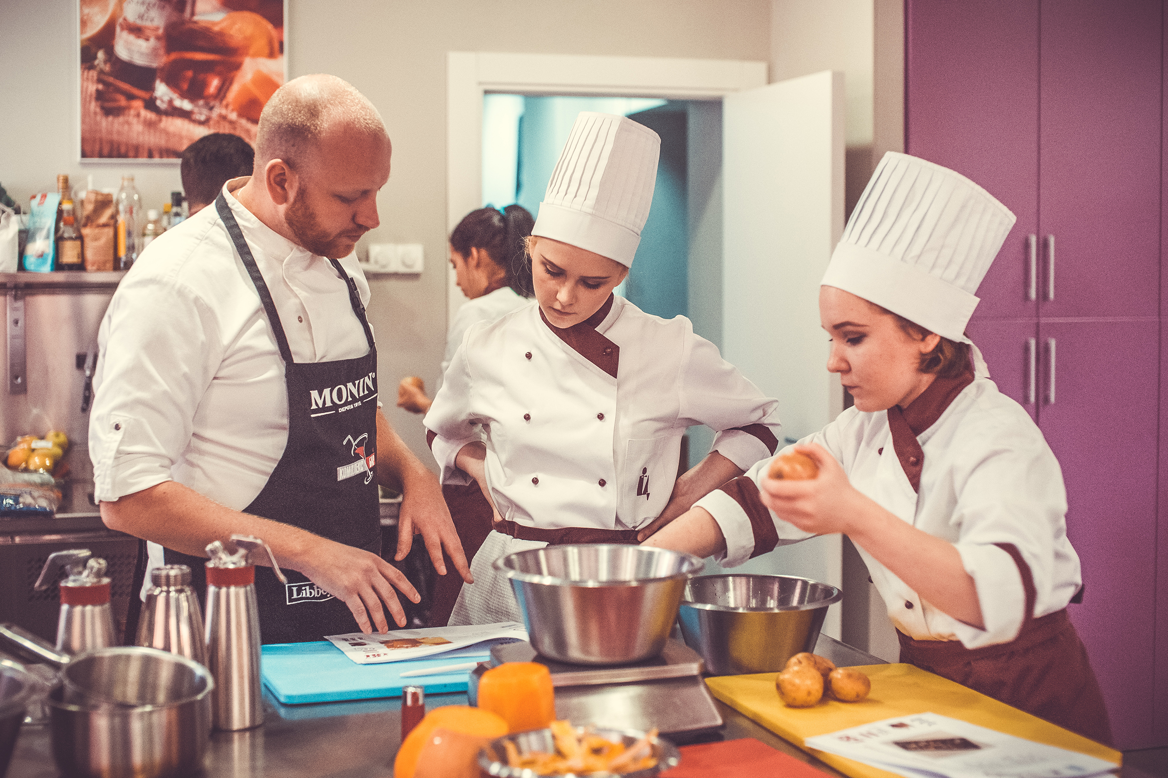 Александр объясняет нюансы приготовления блюд студентам Школы Инноваций от